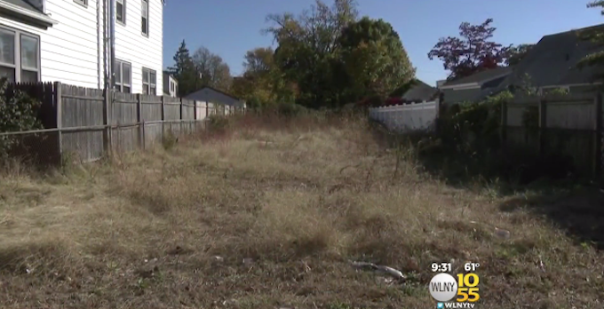 The vacant lot that used to have a house on it. (CBS New York)